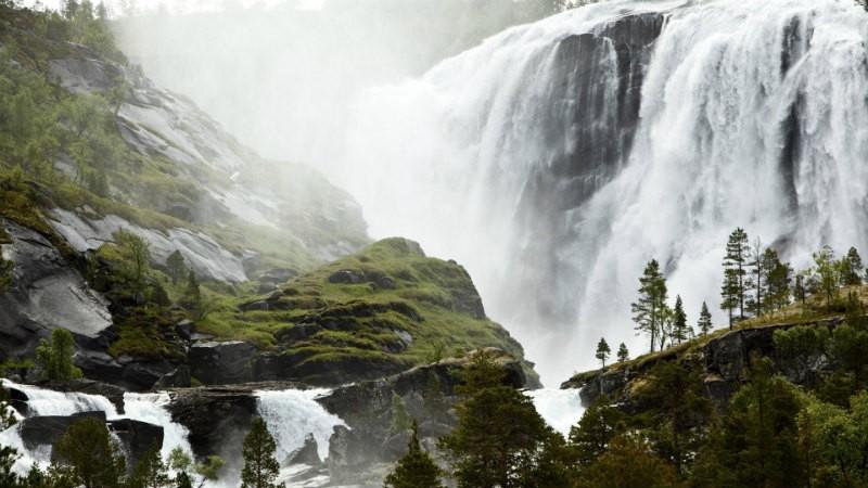 vodopad-malyj-sami-rybackaya-derevnya-norvegiya-vblizi-rybackoj-derevushki